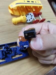 ハッピーセットプラレール電池交換09